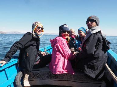 Avec Louis, un jeune voyageur suisse, nous partons découvrir les îles flottantes
