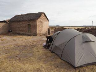 Campement dans la cour d'une maison