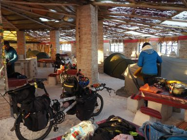 Un camping improvisé dans un hôtel de sel !