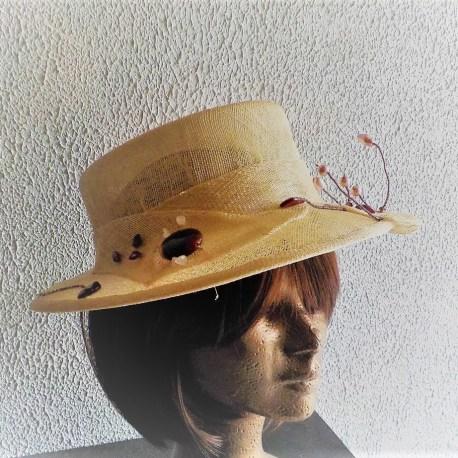 chapeau de cérémonie en sisal brodé avec perles et pierres naturelles