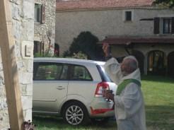 Guy Miel bénit la croix de Chaitieu