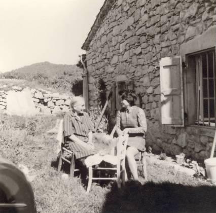 Mémé Fine (à gauche) dans le jardin de sa voisine