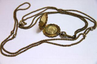 Pendentif en cheveux monté sur une chaine, XIXe siècle en métal, Musée Frederic Marès