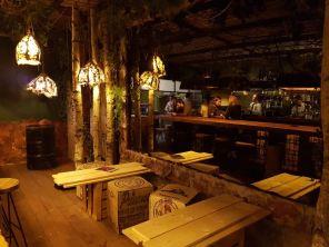 AEDEN Place https://www.facebook.com/aedaen.place/ Art EveryDay and Every Night. Un lieu atypique qui mélange les genres, les thèmes et les ambiances. Une pizzeria, un boudoir, une bibliothèque et même ... un bar caché. Le lieu vous surprendra à coup sûr, la carte aussi.