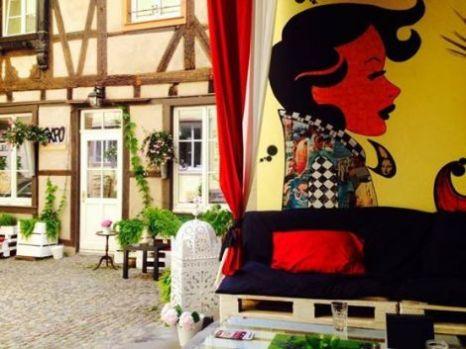 La Popartiserie http://www.lapopartiserie.com/ Enfin un endroit insolite où il fait bon se retrouver à Strasbourg. La PopArtiserie c'est tout d'abord une galerie d'art … mais pas que. Le concept est simple : un lieu d'exposition où l'ont peut aussi prendre un verre, écouter de la musique, assister à des concerts, le tout dans une ambiance très décontractée et agréable. Un vrai coup de cœur. ♥ Adresse : 3, rue de l'Ail