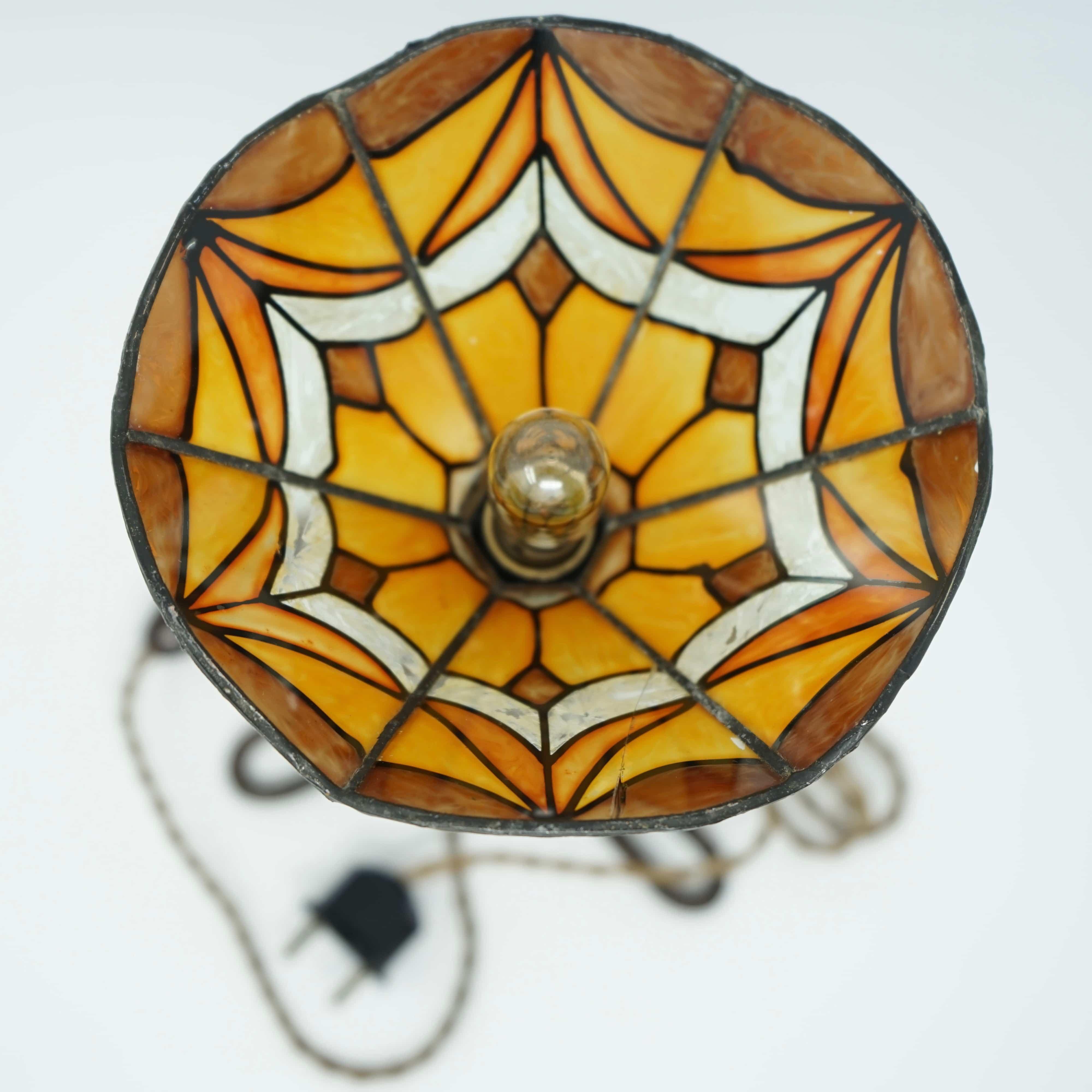 Lampe Art Nouveau, en verre et fer forgé.