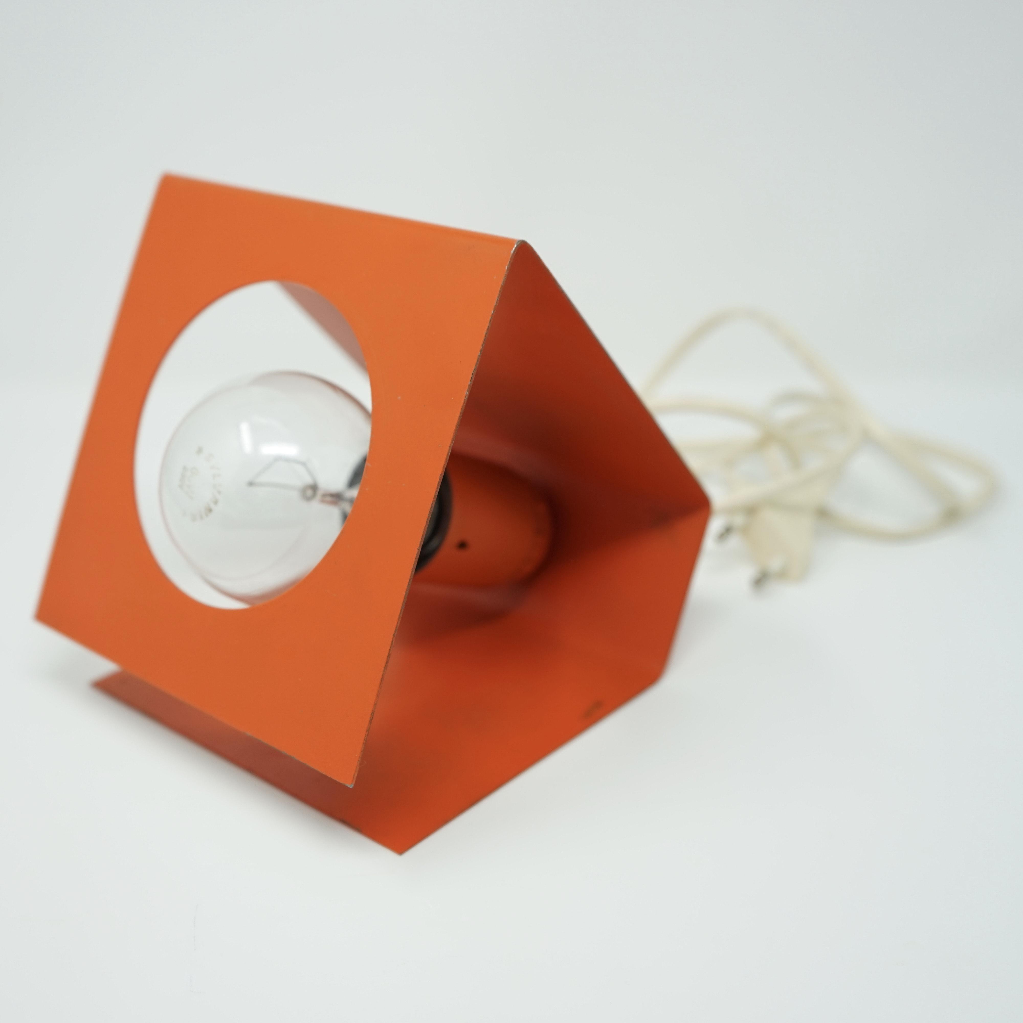 Lampe Orange en Tôle Pliée Années 70 Vue d'Ensemble
