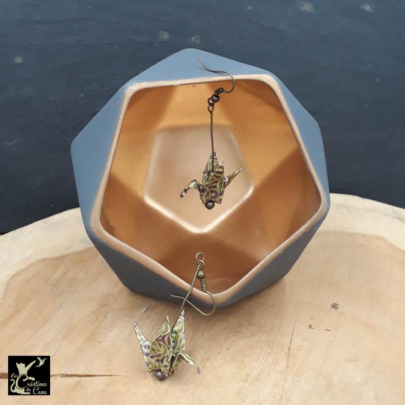 Boucles d'oreilles en origami. Le pliage est une grue traditionnelle réalisée à partir d'un papier au motif géométrique fin kaki et marron chocolat.