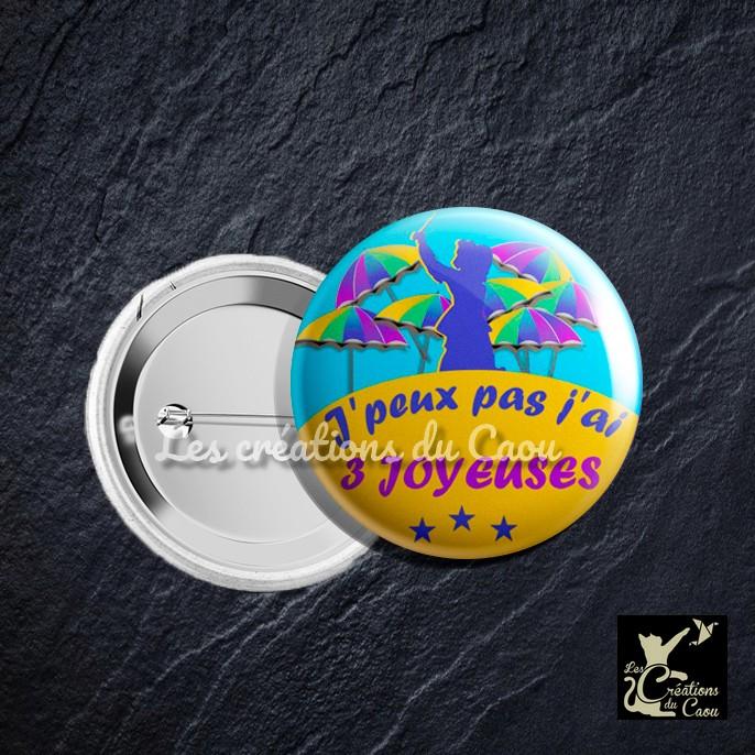 """Badge de carnaval coloré jaune et bleu avec motifs Jean Bart et parapluies """"j'peux pas, j'ai 3 joyeuses"""""""