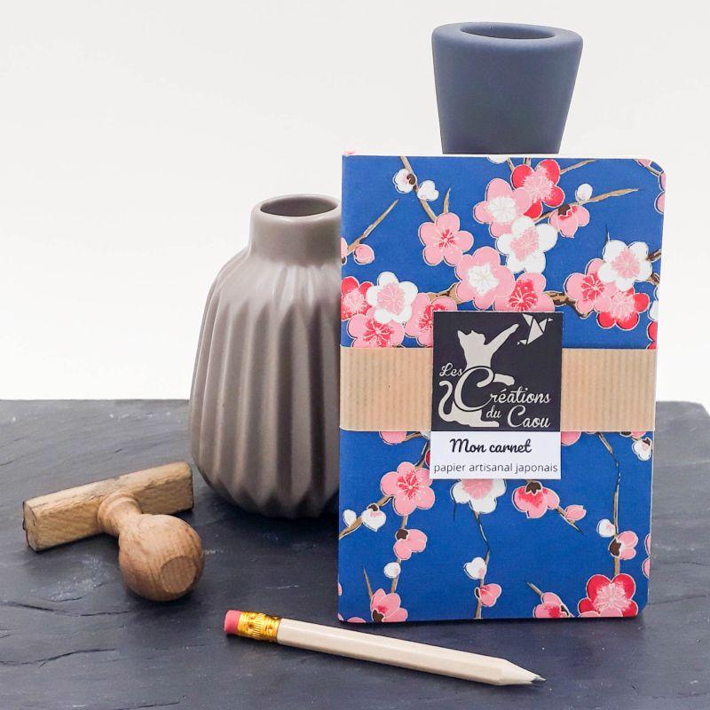 Carnet A6 - Bleu foncé - Fleurs de prunier roses