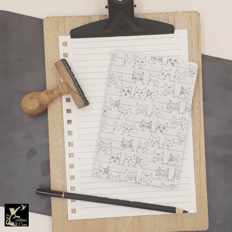 Carnet de notes au format très pratique A6. La couverture est recouverte à la main d'un papier indien naturel orné d'un motif de chats graphiques.