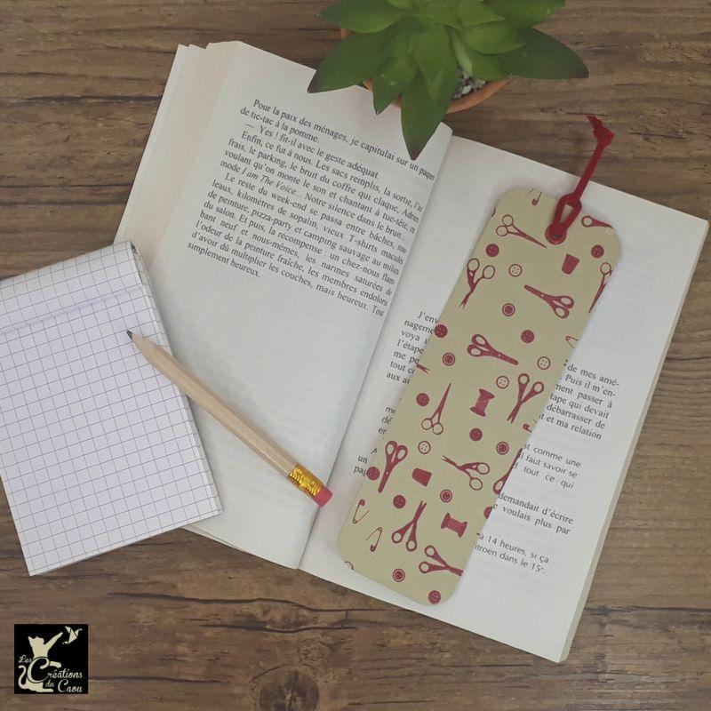 Ne perdez plus le fil de vos lectures ! Ce marque-page artisanal, recouvert d'un élégant papier indien sur le thème de la couture kraft et rouge deviendra votre allié.