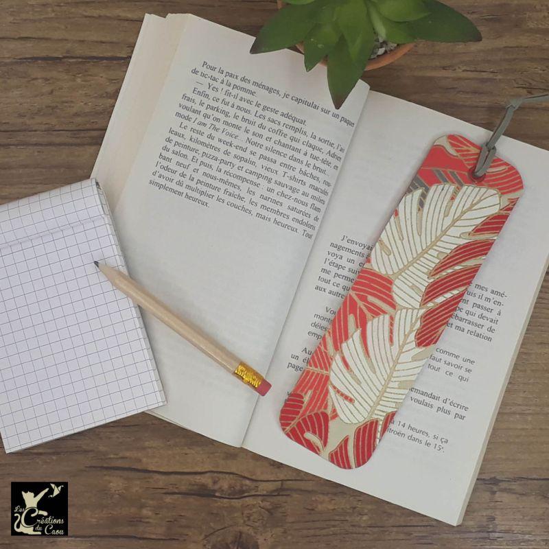 Ne perdez plus le fil de vos lectures ! Ce marque-page artisanal, recouvert d'un élégant papier indien au motif de végétaux tropicaux deviendra votre allié.