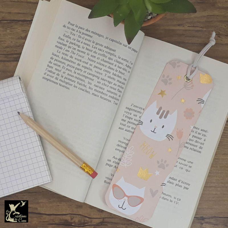 Ne perdez plus le fil de vos lectures ! Ce marque-page artisanal, recouvert d'un élégant papier italien rose tendre orné de chats kawai deviendra votre allié.