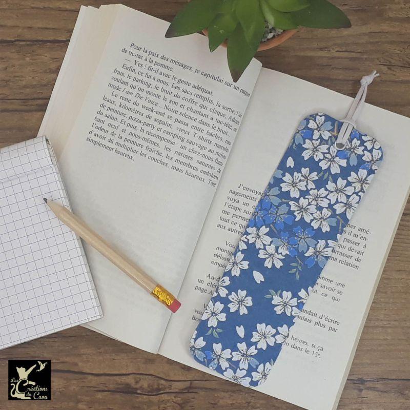 Ne perdez plus le fil de vos lectures ! Ce marque-page artisanal, recouvert d'un élégant papier japonais bleu marine orné de fleurs deviendra votre allié.