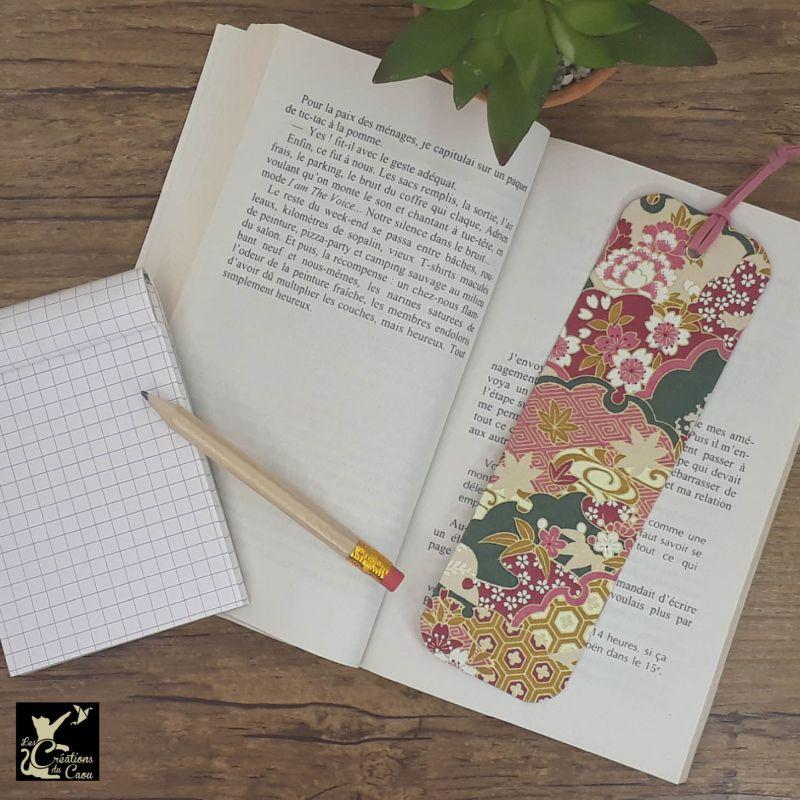 Ne perdez plus le fil de vos lectures ! Ce marque-page artisanal, recouvert d'un élégant papier japonais fleuri aux tons bordeaux, rose foncé, vert foncé, beige et ocredeviendra votre allié.