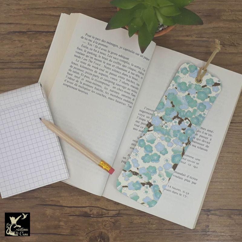 Ne perdez plus le fil de vos lectures ! Ce marque-page artisanal, recouvert d'un élégant papier japonais orné de fleurs bleues deviendra votre allié.