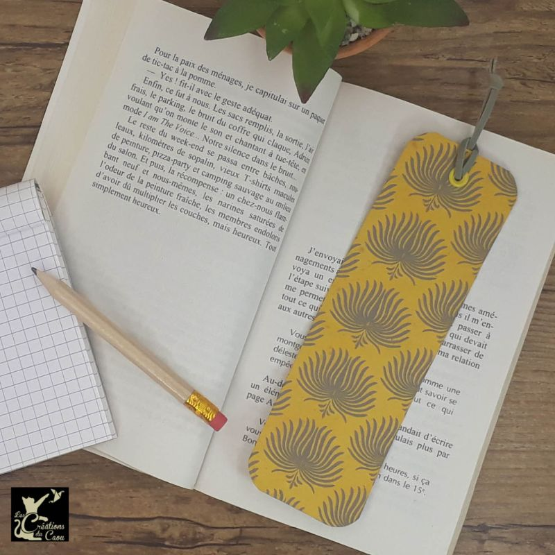 Ne perdez plus le fil de vos lectures ! Ce marque-page artisanal, recouvert d'un élégant papier népalais moutarde aux motifs anthracite deviendra votre allié.
