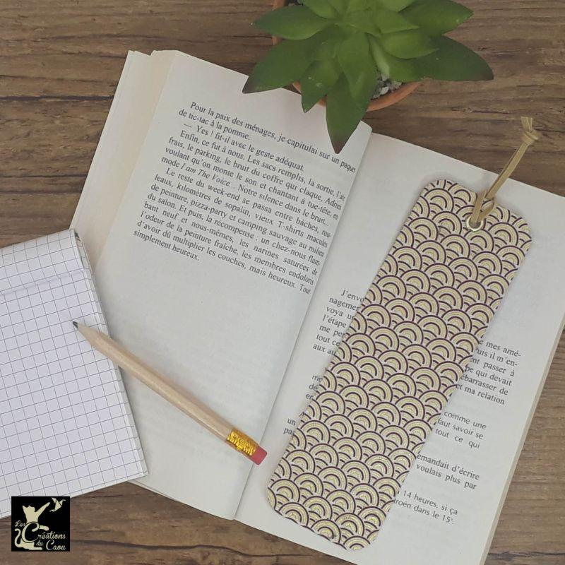 Ne perdez plus le fil de vos lectures ! Ce marque-page artisanal, recouvert d'un élégant papier népalais au motif de vagues deviendra votre allié.