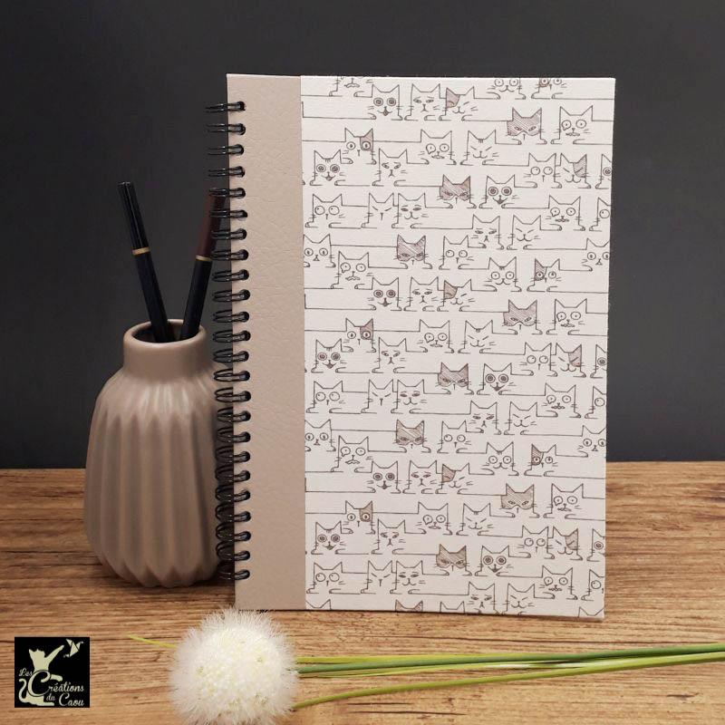 Répertoire à spirale recouvert de papier indien de couleur naturelle orné de chats graphiques. L'intérieur est organisé en onglets lettre par lettre.