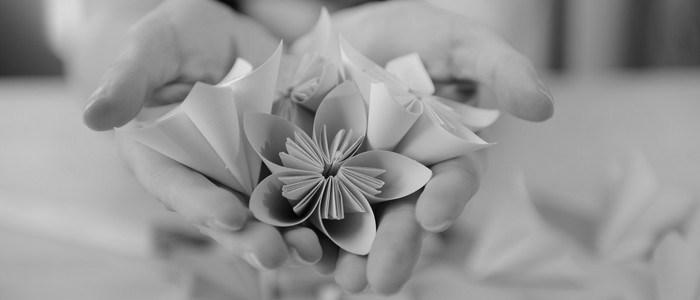 Travail de la main : fleurs en origami, réalisées avec passion à Lambersart (Lille).
