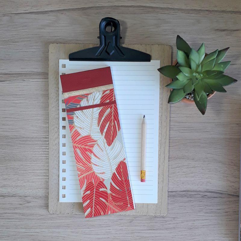 Bloc à listes réalisé à la main dans notre atelier de Lambersart (Lille), recouvert de papier indien aux motifs de végétaux tropicaux rouges, corail, beige et gris.