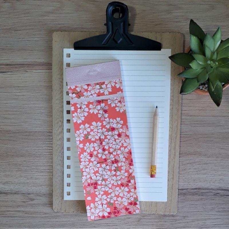 Bloc à listes réalisé à la main dans notre atelier de Lambersart (Lille), recouvert de papier japonais corail au motif de fleurs de sakuras (cerisier) blanches et rose.