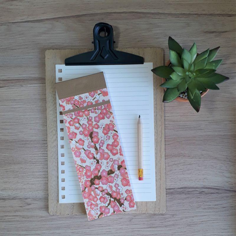 Bloc à listes réalisé à la main dans notre atelier de Lambersart (Lille), recouvert de papier japonais écru au motif de fleurs de pruniers rose tendre.