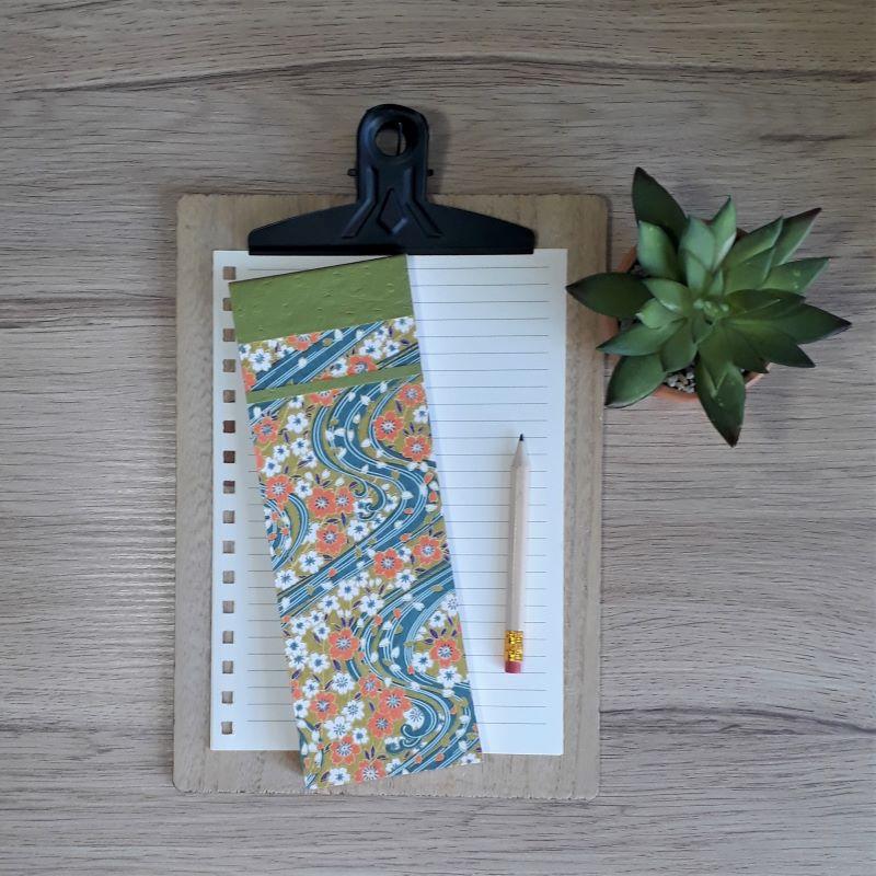 Bloc à listes réalisé à la main dans notre atelier de Lambersart (Lille), recouvert de papier japonais fleuri aux tons bleu pétrole, vert olive et orange.