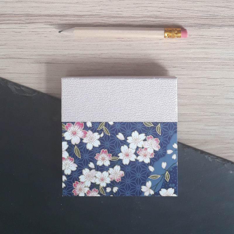 Porte bloc à post-it de la marque de papeterie lilloise : les créations du caou. Papier japonais bleu foncé, fleurs de sakura.