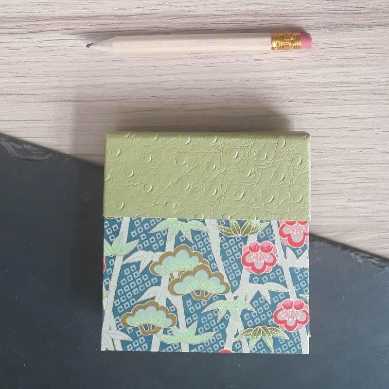 Porte bloc à post-it de la marque de papeterie lilloise : les créations du caou. Papier japonais bleu pétrole. Fleurs de lotus.