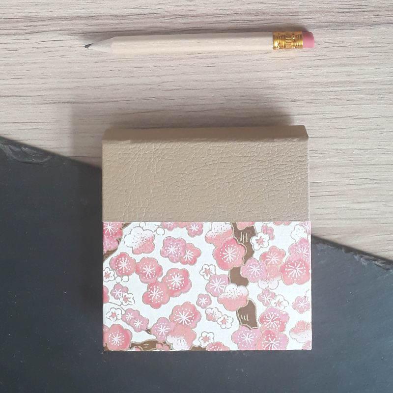 Porte bloc à post-it de la marque de papeterie lilloise : les créations du caou. Papier japonais, fleurs de prunier rose. Couleurs douces.
