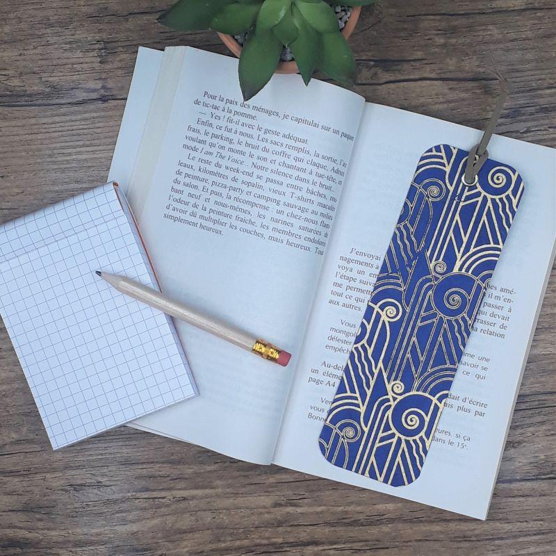 Marque page artisanal recouvert d'un papier népalais bleu et doré