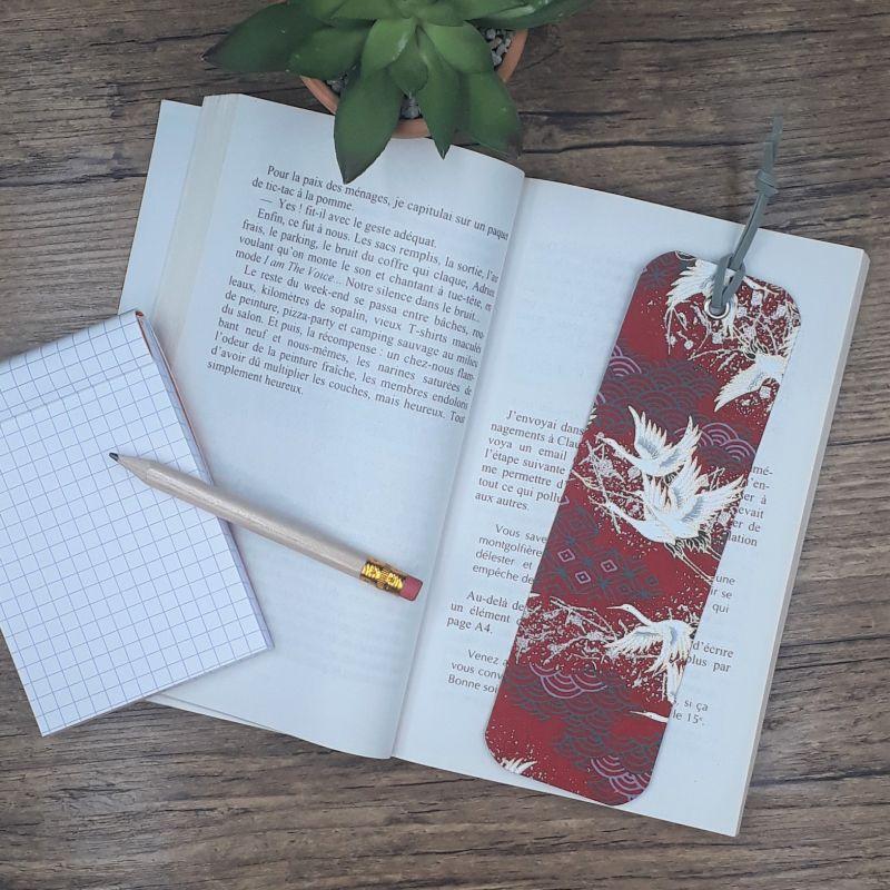 Marque-page artisanal entièrement réalisé à la main dans notre atelier de Lambersart - Lille, recouvert de papier japonais bordeaux orné de grues du Japon.