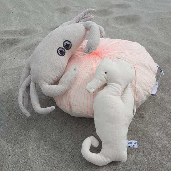 coussin-oursin-fluo-hippocampe-et-coussin-crabe-lin-naturel-yeux-appliqués