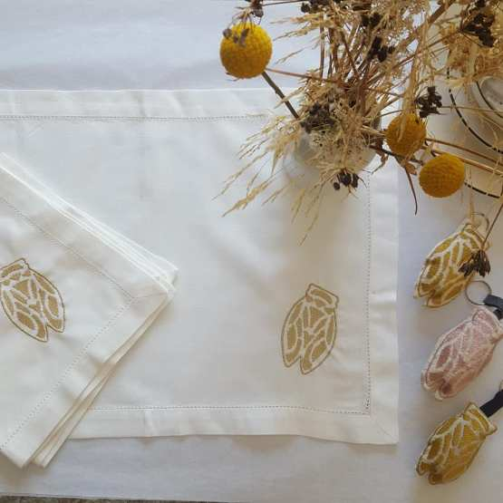 comme-un-air-dété-créations-Fred-Petit, sets de tables et serviettes lin et coton brodées cigale or
