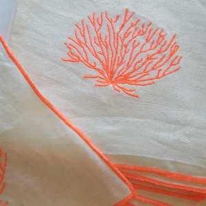 léte-se-met-à-table-serviettes-lin-brodées-corail