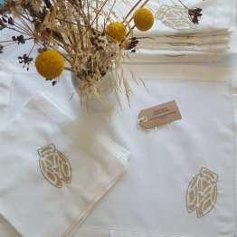 set-de-table-lin-et-coton-cigale-broderie-or-et-serviette-assortie