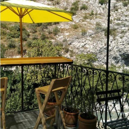 Manger en terrasse à Entrevaux vue sur le Var