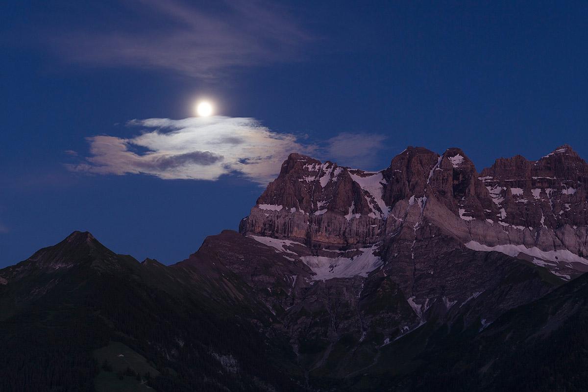 Pleine lune sur les Dents du Midi, 18 juillet 2016. © Laurent Dubois, 1144 Ballens, Suisse