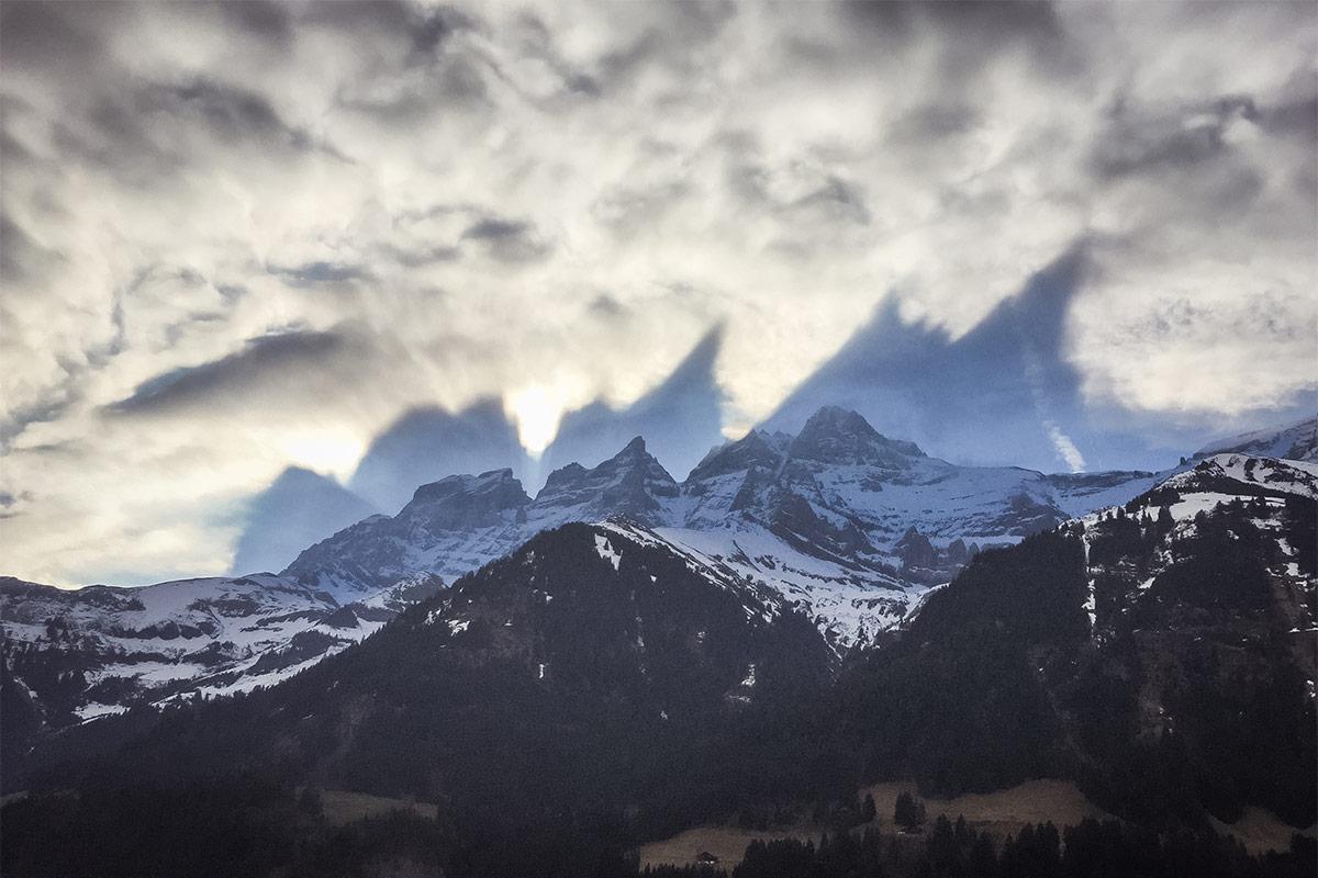 Avez-vous déjà rencontré ce phénomène dans nos Alpes? Si c'est le cas, vous avez été témoin d'un fait assez rare. Appelé à tort «Spectre de Brocken», cet événement ne porte pourtant aucun nom, son explication étant relativement simple. Cet effet, assez spectaculaire, est le résultat d'une projection du relief d'une montagne due au soleil levant sur un nuage situé en contrebas, appelé «altocumulus». Dans ce cas, l'ombre des Dents du Midi se projette sur le dessus du nuage et, par effet de transparence, est visible pour tout observateur se situant en dessous. Photographié par Monsieur Daniel Sauser à Champéry, le phénomène s'est produit un 28 mars à 9h03. Photographie © Daniel Sauser
