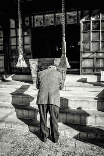 Homme devant un sanctuaire