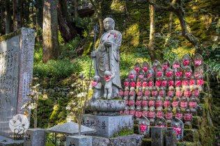 Les petits Jizo (avec leur bavoir rouge)