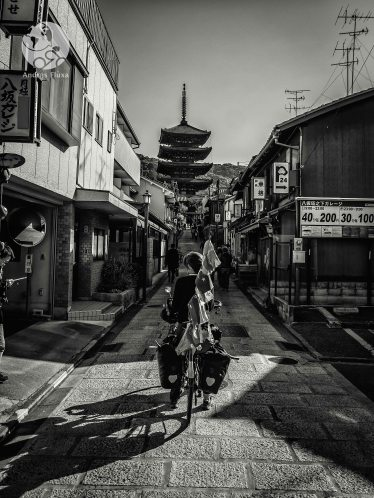 Devant la pagode Yasaka