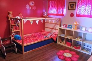 Chambre de Mini Puce, où tout est à sa hauteur ou presque, il me reste à modifier son armoire pour qu'elle puisse prendre elle-même ses vêtements.