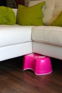 Petit banc pour monter sur le divan du salon.