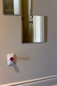 On a fait bien attention d'installer un miroir plus bas pour que Mini Puce puisse s'y voir!