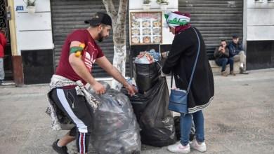 Photo de Algérie : Les manifestants n'oublient pas la propreté des rues