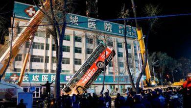 Photo de Chine: Un trou s'ouvre soudain dans la rue, engloutissant un bus.. 6 morts
