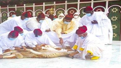 Photo de Le Roi, Amir Al-Mouminine, accomplit la prière de l'Aïd Al-Adha et procède au rituel du sacrifice